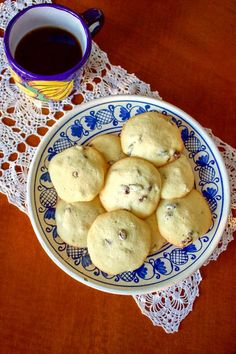 This Rum Raisins Cookies Recipe comes from Romania. The cookies are flavored with rum, are very easy to make and taste delicious. Serve them next to a cup of your favorite tea, or coffee and enjoy an old recipe that is very traditional in Romania. Raisin Cookie Recipe, Raisin Cookies, Cookie Desserts, Cookie Recipes, Dessert Recipes, Dessert Food, Sicilian Recipes, Turkish Recipes, Romanian Food