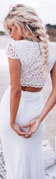 Look Boheme total blanc. Jadore le crop top et la longue tresse epi.