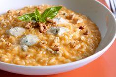 Il risotto con crema di zucca, gorgonzola dolce e noci è un primo piatto dal sapore intenso e coinvolgente. Ecco la ricetta ed alcuni consigli