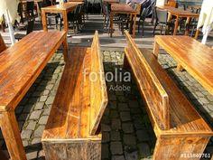 Rustikale Tische und Bänke aus Holz an der Hafenpromenade in Münster in Westfalen