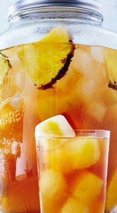 Yearwood's Pineapple Iced Tea Will Be Your New Drink of Summer Trisha Yearwood's Pineapple Iced Tea ~ Oh-so-deliciousTrisha Yearwood's Pineapple Iced Tea ~ Oh-so-delicious Refreshing Drinks, Yummy Drinks, Healthy Drinks, Healthy Meals, Healthy Food, Healthy Recipes, Pineapple Iced Tea Recipe, Fresco, Iced Tea Recipes