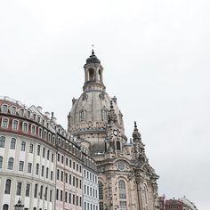 Lost and found my heart in Dresden  Auf dem Hin- und Rückweg nach Polen haben wir jeweils für eine Nacht und einen halben Tag in Dresden Halt gemacht um Leonard die lange Fahrt erträglicher zu machen und auch selbst etwas zu pausieren. Die beste Idee überhaupt denn Dresden ist nicht nur wunderwunderschön sondern auch noch voll mit Kopfsteinpflaster. Das bedeutet: ein schlafendes Baby und lange romantische Spaziergänge   ___________________________________________  #dresden #germany…