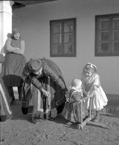 Gyermek tolókával. Tolkien, Vintage Photography, Hungary, Budapest, Greek, Costumes, Statue, Traditional, Poster