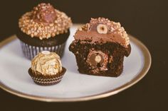 Nutella-Rocher Cupcakes Source by Related posts: Nutella-Rocher Cupcakes Nutella-Rocher Cupcakes The Nutella Ferrero Rocher cake is encased in chocolate. On the side … Recipe Toffifee cupcakes with Nutella buttercream topping Biscuit Nutella, Muffin Nutella, Nutella Muffins, Nutella Cookies, Chocolate Cupcakes, Chocolate Desserts, Desserts Nutella, Chocolate Muffins, Chocolate Brownies