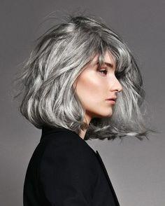 Cheveux : mieux que le blond, le gris Medium Hair Styles, Curly Hair Styles, Hair Medium, Silver White Hair, Gray Hair Highlights, Natural Highlights, Grey Hair Inspiration, Salt And Pepper Hair, Long Gray Hair