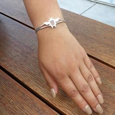 Sterling Silver Collection 925 Sterling Silver Dimensions:Bee: 1 inch H x 1 inch W x 1/16 inch DBracelet cuff:8.5mm wide band and 2 1/4 inches inside the cuff 8.45Grams Free shipping in the Continental USA Free gift box and jewelry pouch The artistically unique style of the sterling silver Beecuff bracelet is a work of art in its own right.Sterling silver in a high mirror polish, the Beemeasures1 3/8 inches wide by 1 3/4 inches high by 5/8 inches deep. The Beeis perched on a…