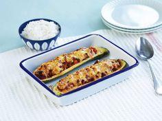 En deilig squash kan raskt forvandles til en spennende middag. Vi fyller squashen med kjøttsaus og gratinerer med ost.