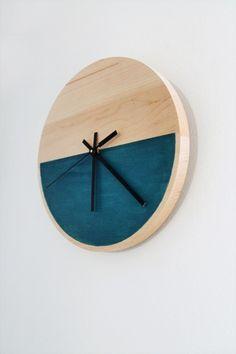 シンプルながらモダンでオシャレな印象の手作り壁掛け時計。自分好みの色を使って。