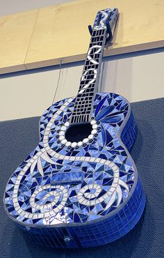 Mosaic Guitar by TheStudioatRushCreek on Etsy. Mosaic Diy, Mosaic Crafts, Mosaic Projects, Mosaic Glass, Mosaic Tiles, Stained Glass, Glass Art, Blue Mosaic, Tile Crafts