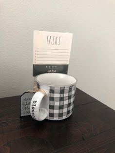 Easy Baby Shower Favors And Prizes! DIY ideas for cheap favors and prizes that guests will love! Cute Baby Shower Ideas, Baby Shower Crafts, Fun Baby Shower Games, Simple Baby Shower, Baby Shower Winter, Baby Shower Themes, Baby Shower Hostess Gifts, Baby Shower Prizes, Baby Shower Party Favors