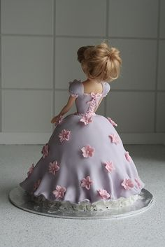 prinses taart/ THIS IS A CAKE! I am so impressed by the artistry of some cake decorators these days!