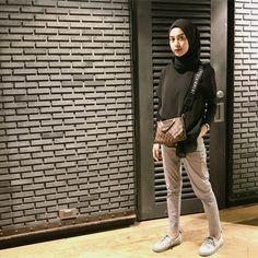 "Dianty Annisa di Instagram ""ootd day 1 ◾️◾️ // inspired by kak @ayudiac 🤩"" Hijab Style Dress, Hijab Look, Modest Fashion Hijab, Street Hijab Fashion, Casual Hijab Outfit, Ootd Hijab, Muslim Fashion, Ootd Fashion, Fashion Pants"