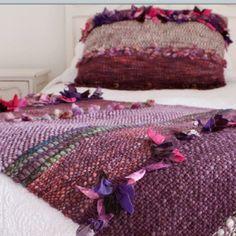 Piecera y cojín con cintas y lanas moradas
