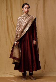 It consist of a maroon banarsi chanderi kurta featuring full sleeves along with chanderi silk pants and a luxurious georgette beige chanderi dupatta which makes it more appealing. Pakistani Dress Design, Pakistani Dresses, Indian Dresses, Indian Outfits, Silk Anarkali Suits, Chanderi Suits, Chanderi Silk Saree, Salwar Suits, Salwar Kameez