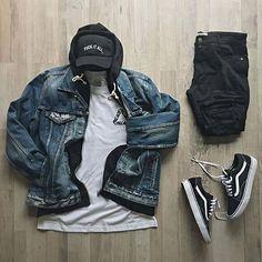 Combo masculino usando jaqueta jeans.