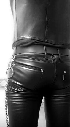Guys in leather pants: Photo Mens Leather Pants, Tight Leather Pants, Leather Pants Outfit, Leather Jackets, Leather Fashion, Mens Fashion, Bike Leathers, Leder Outfits, Sexy Men