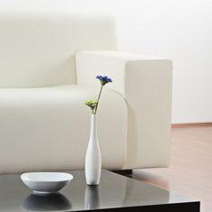 """Dépoussiérez bien votre canapé ou fauteuil en cuir. Mouillez un gant de toilette et enduisez-le de savon de Marseille. Frottez le cuir sur toute sa surface, surtout les assises. Puis, même procédé avec de l'eau claire pour bien enlever le savon. Séchez avec un linge propre en coton. Au final, passez un chiffon doux pour redonner l'éclat au cuir"""". OU du lait ou des lingettes """"Mixa bébé""""."""