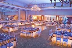 Si te casas de noche, puedes iluminar todas tus mesas!!! Por dentro, ilumínalas con luz led, se ve súper padre y elegante!  http://www.pieceofcake-wb.com