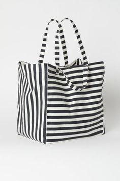 Bolsa de playa espaciosa - Gris oscuro/Rayas blancas - HOME | H&M ES 1 Best Beach Bag, Summer Beach, Beach Bag Essentials, Fabric Bags, Beach Tote Bags, Love To Shop, My Love, Fashion Company, Grey And White