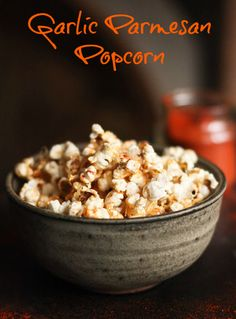 This stove-top recipe for Garlic Parmesan Popcorn is addicting! Sprinkled with smoked paprika, its the perfect snack for movie night. Homemade Popcorn, Flavored Popcorn, Fudge, Tapas, Perfect Popcorn, Popcorn Snacks, Free Popcorn, Popcorn Kernels, Snack Recipes
