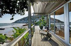 Villa Fawn est une luxueuse villa de trois chambres située à Clifton juste en face de la 3ème plage. Élégante et moderne elle dispose de tout le confort nécessaire.  Cette sublime villa de plage offre des vues à couper le souffle sur l'océan Atlantique. Idéal pour admirer le coucher de soleil et se détendre.