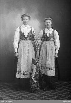 Gruppebilde, kvinner i rondastakk Folk Costume, Costumes, Frozen Costume, Many Faces, Victorian Era, Norway, Scandinavian, Traditional, Sewing