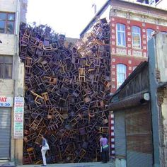 installation by doris salcedo, created for the international istanbul biennale in 2003 - still life with chair and included over 1550 chairs stacked between two city buildings. Robert Rauschenberg, Damian Ortega, Modern Art, Contemporary Art, Instalation Art, Street Installation, Environmental Art, City Buildings, Art Plastique