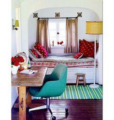 Une chambre bohème avec un bureau