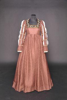 Peris Costumes Co Italian Renaissance Dress, Medieval Gown, Renaissance Dresses, Renaissance Fashion, Medieval Clothing, Historical Clothing, Europe Fashion, Fashion History, Vintage Gowns