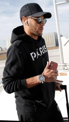 hello, elegants in this video we will look at the top 5 most stylish football players in the world. This video brings you the best stylish football players. Mbappe Psg, Neymar Psg, Best Football Players, Soccer Players, Games Football, Neymar Barcelona, Neymar Jr Wallpapers, Girls Football Boots, Girl Football