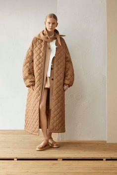 The complete Jil Sander Resort 2019 fashion show now on Vogue Runway. Jil Sander, Look Fashion, Winter Fashion, Womens Fashion, Fashion Trends, Camel Coat Outfit, Mode Mantel, Lady, Look Street Style
