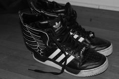 JS Adidas Wings. Icarus swagger. High Tops, High Top Sneakers, Wings, Footwear, Adidas, Shoe Bag, Shoes, Fashion, Moda