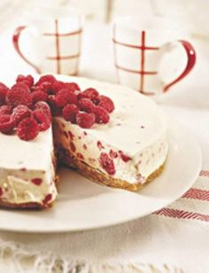 White chocolate raspberry cheesecake bars recipe White chocolate meets fresh raspberries in these luscious cheesecake bars. So incredible creamy and so easy to make (the filling requires no baking!) they will be a favorite year round! Raspberry Cheesecake Bars, Raspberry Desserts, Cheesecake Recipes, Just Desserts, Dessert Recipes, Chocolate Cheesecake, Raspberry Bars, Cheesecake Cake, Chocolate Bars