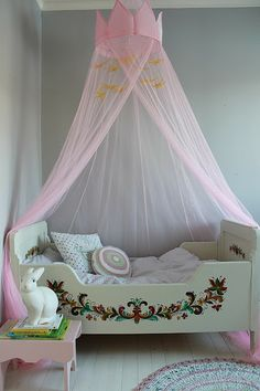 Vintage painted bed ~ erinnert uns ein bisschen an Heidi ; Painted Beds, Pretty Kids, Princess Room, Kids Corner, Little Girl Rooms, Kid Spaces, Kids Decor, Girls Bedroom, Room Inspiration