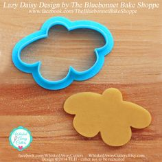 The Lazy Daisy Flower Cookie Cutter - Three Sizes - **Guideline Sketch To Print Below** - Blue Cookie Decorating, Decorating Tips, Shapes And Curves, Flower Cookies, Cute Cookies, Blue Bonnets, Close Up Photos, Safe Food, Flower Designs