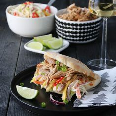 PULLED CHICKEN MED COLESLAW OG PITA