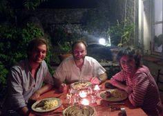 Jérôme profite d'une délicieuse table d'hôtes proposée par Stéphanie et Jérôme Coulon, nos hôtes d'exception du Moulin de Varrians...
