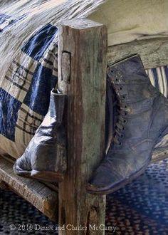 Rustic look old shoes Primitive Bedroom, Country Primitive, Primitive Homes, Country Blue, Country Decor, Country Living, Country Charm, Country Style, Blue Brown
