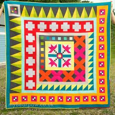Off-Center Medallion Quilt by Jo Avery of myBearpaw. ~ myBearpaw: Blogger's Quilt Festival Autumn 2015 - Modern Quilts!