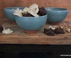 Rocas de Chocolate Blanco y Negro y Frutos Secos Chocolate Blanco, Serving Bowls, Stuffed Mushrooms, Vegetables, Tableware, Food, Gastronomia, Rocks, Sweets