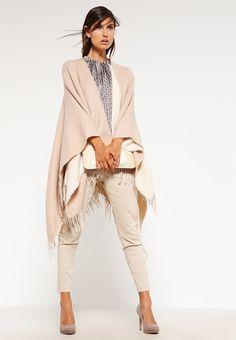 #Capes sind die idealen Begleiter im #Frühling und #Herbst und geben Deinem #Look einen zeitosen Touch. ♥ ab 31,95 €