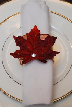 {Fall Leaf Napkin Ring} so easy to make! Thanksgiving Table Settings, Holiday Tables, Thanksgiving Crafts, Fall Crafts, Homemade Christmas Gifts, Christmas Crafts, Christmas 2016, Wedding Ring For Him, Fall Table