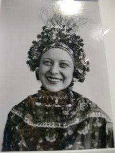 Otti Berger, german Bauhaus textile designer. In Dessau till 1932, then in her atelier in Berlin. She was born in Croatia in 1898. She died in Auschwitz in 1944. vintage fashion designer couture history people iconic War Era WWII Art Deco