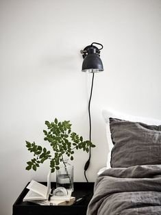 Fresh monochrome home - via cocolapinedesign.com #LampSchlafzimmer