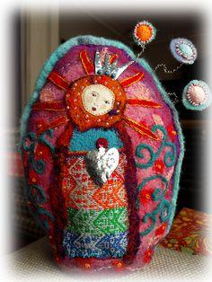 Virgin Mary of the Flowers - Gottesmutter der Blumen - Vierge Marie des Fleurs - Virgen de las Flores Fabric Dolls, Fabric Art, Fabric Crafts, Felt Embroidery, Embroidery Patterns, Wet Felting, Needle Felting, Little Doll, Felt Art
