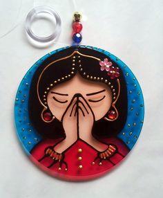 Mandala em acrílico de 10cm de diâmetro. <br>Pintura vitral, decorada com pedrinhas e tinta relevo dourada em ambos os lados. <br> <br>Namastê é um cumprimento ou saudação falada no Sul da Ásia, que expressa um grande sentimento de respeito. <br>Utiliza-se na Índia e no Nepal por hindus e budistas. Nas culturas indianas e nepalesas, a palavra é dita no início de uma comunicação verbal ou escrita. Contudo, o gesto feito com as mãos dobradas é feito sem ser acompanhado de palavras quando se…