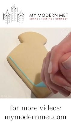 Watching Sugar Cookies Get Decorated with Frosting! This video is so relaxing to me. Sugar Cookie Decorating Icing, Cookie Icing, Royal Icing Cookies, Sugar Cookies Recipe, Icing Frosting, Iced Cookies, Cookies For Kids, Cute Cookies, Creative Food Art