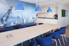 Een kantoorinterieur dat aanlsuit bij de New York style wolkenkrabber waarin Schouten Zekerheid is gevestigd.  #kantoor #interieur #design #styling #office #interior #DZAP #blue #view #visual
