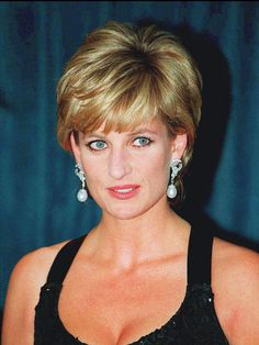 Prinzessin Di - Ihre schönsten Bilder   Der Mythos lebt. Als   Prinzessin Diana   († 36) am 31. August 1997 bei einem tragischen Autounfall ums Leben kam, stand die Welt für einen Moment lang still. Massen pilgerten zum Kensington Palast und traue