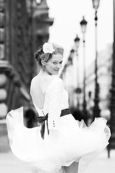 Marilyn Monroe Look mit Shelly in Paris, Hochzeitskleid mit tiefem Rückendekolleté, 3/4 Armen und Manschetten, kobaltblauem Gürtel mit Schleife